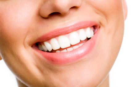 Vitare tänder med tandblekning.
